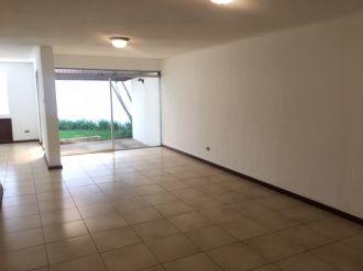 Casa con jardín en zona 10 - thumb - 143379