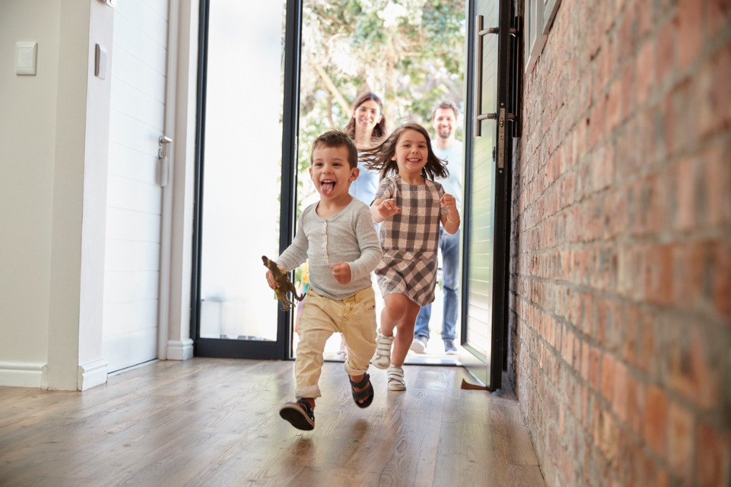 casa.gt hero image niños entrando a casa